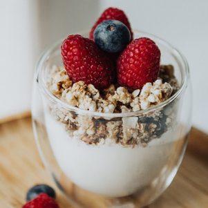 Un dessert avec yogourt et petits fruits